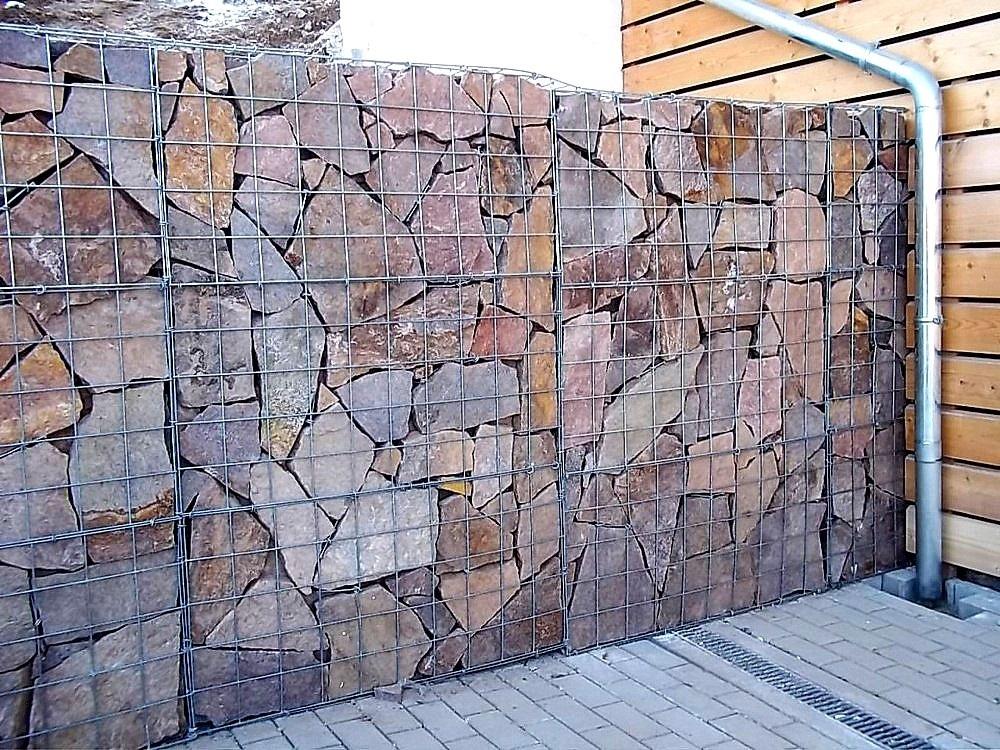 Schanskorven met grote stenen